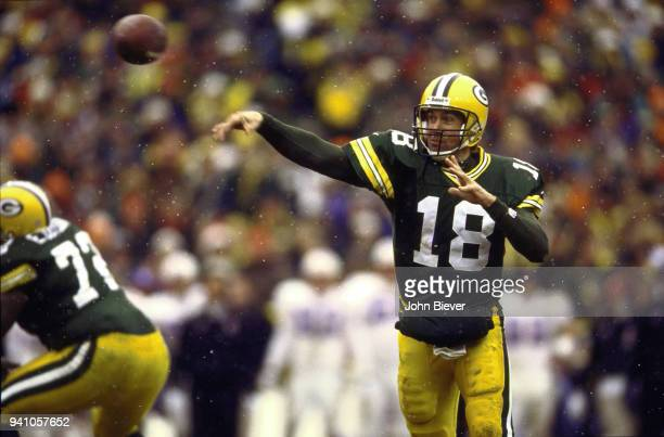 Green Bay Packers QB Doug Pederson in action passing vs Tennessee Oilers at Lambeau Field Snow Green Bay WI CREDIT John Biever