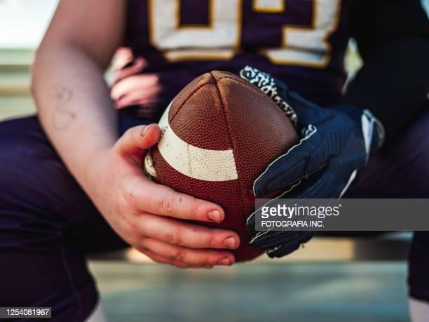 voetbal in de handen tijdens spel - football league stockfoto's en -beelden