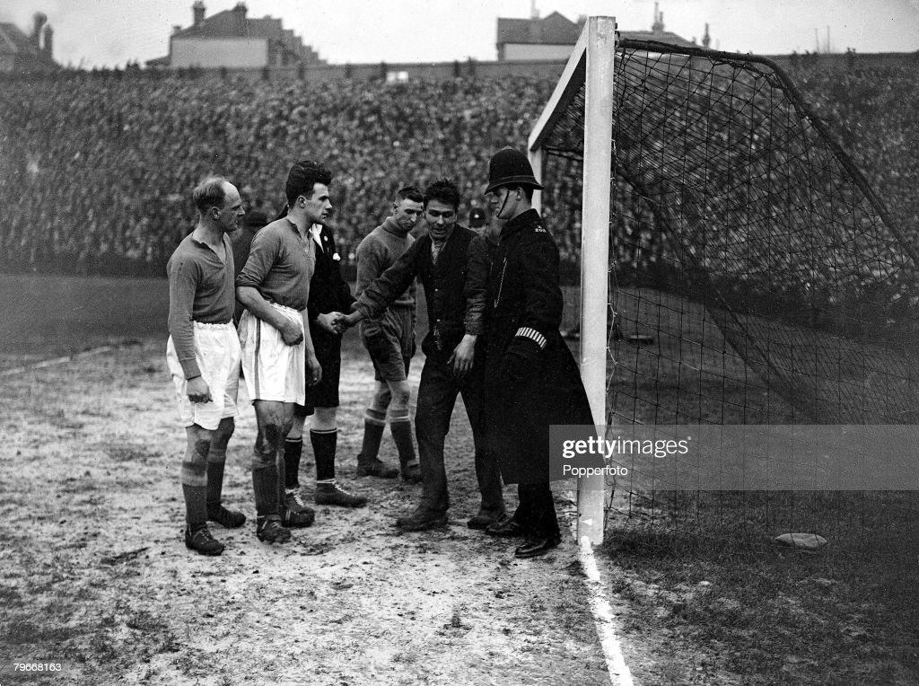 Football, London, England, 25th January 1931, FA Cup, A fan in the Everton goalmouth with goalkeeper Coggins and dismayed police and players attempting to persuade him to leave during the FA Cup match at Selhurst Park : Foto jornalística