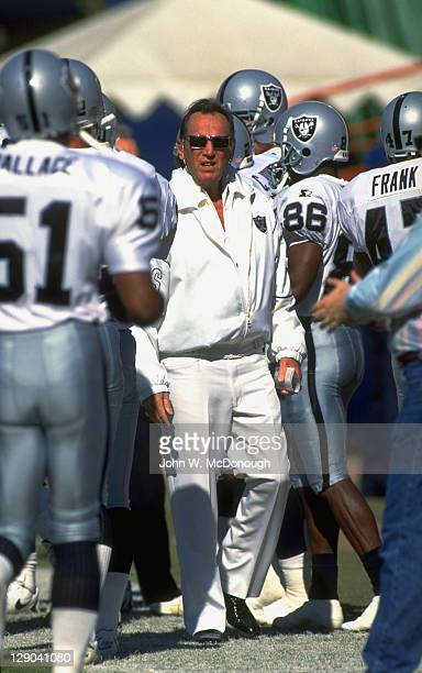 Los Angeles Raiders owner Al Davis on sidelines with players before game vs Los Angeles Rams at Anaheim Stadium Anaheim CA CREDIT John W McDonough