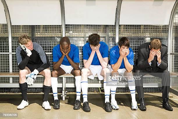 football-manager und team mit kopf in den händen - niederlage stock-fotos und bilder