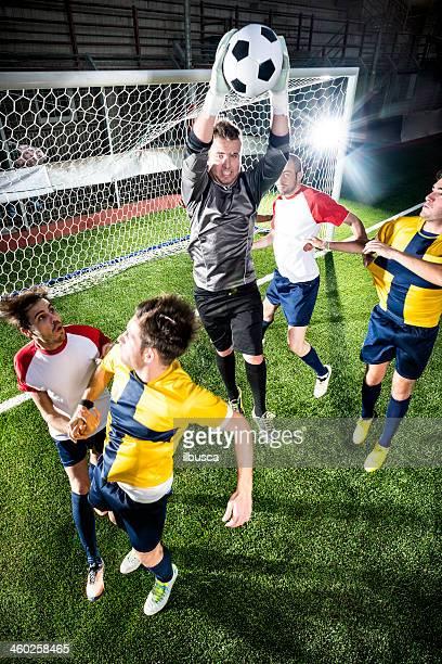Partido de fútbol en el estadio: Portero de guardar