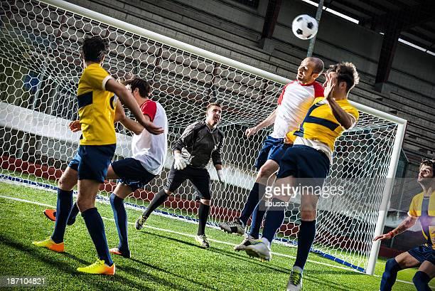 partido de fútbol en el estadio: conector macho para montaje en pcb - portero atleta fotografías e imágenes de stock