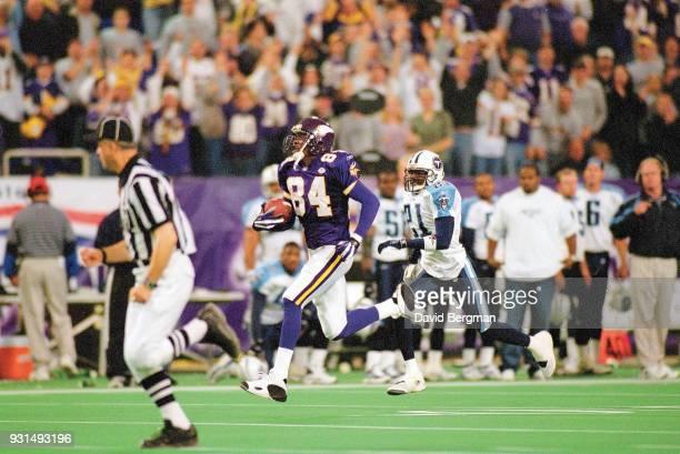 Minnesota Vikings Randy Moss in action making 73 yard touchdown run vs Tennessee Titans at Metrodome Minneapolis MN CREDIT David Bergman