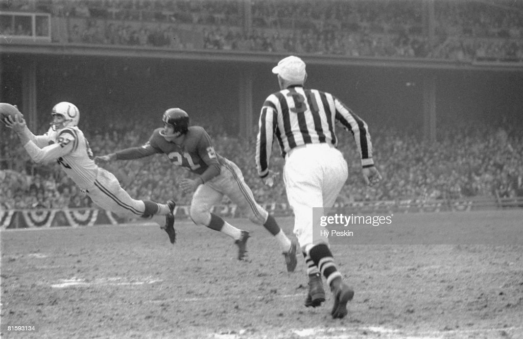 NFL Championship, Baltimore Colts Raymond Berry (82) in action, diving and making catch vs New York Giants Carl Karilivacz (21), Bronx, NY