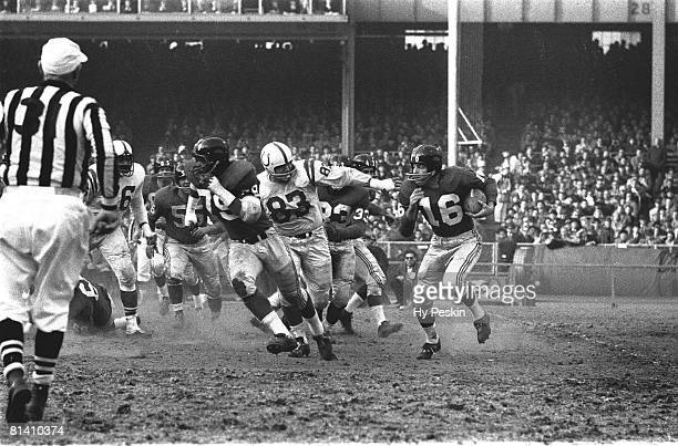 Football: NFL championship, New York Giants Frank Gifford in action, rushing vs Baltimore Colts, Bronx, NY