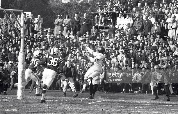 Football NFL championship New York Giants Kyle Rote in action making catch vs Baltimore Colts Baltimore MD