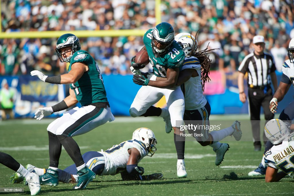 Philadelphia Eagles Wendell Smallwood (28) in action, rushing vs Los Angeles Chargers Jahleel Addae (37) at StubHub Center. Robert Beck TK1 )