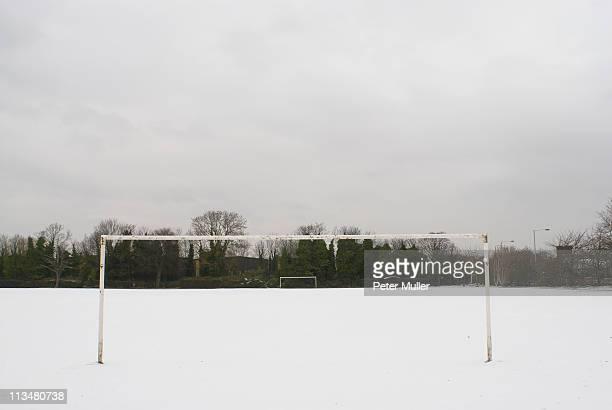 Fußballplatz auf Schnee bedeckt