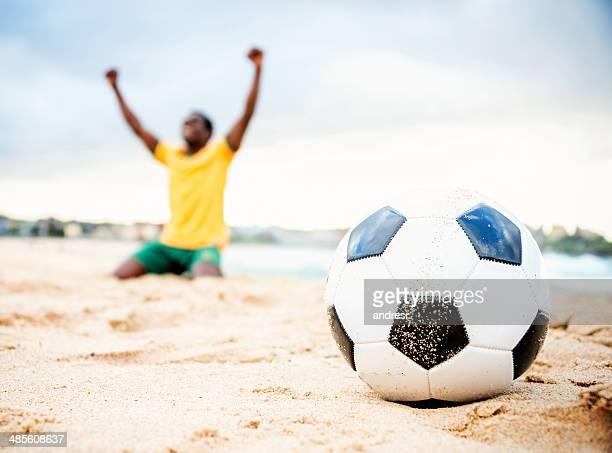 Football-Spieler am Strand in Brasilien