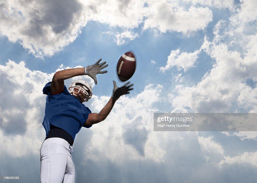 football player catching ball : Bildbanksbilder