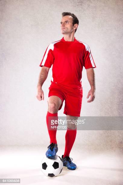 football player - mid adult men fotografías e imágenes de stock