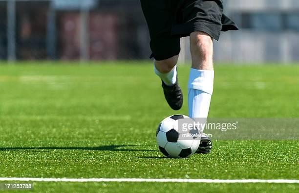 Football-Spieler läuft mit einem soccerball