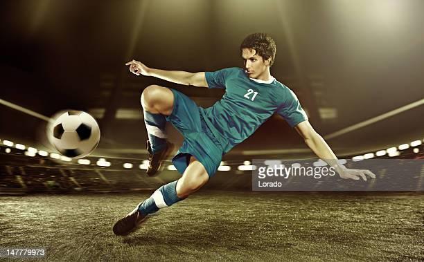 giocatore di calcio calciare al volo di palla - tirare in rete foto e immagini stock
