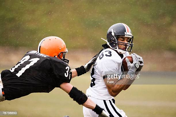 football players in play - wide receiver athlete stock photos and pictures