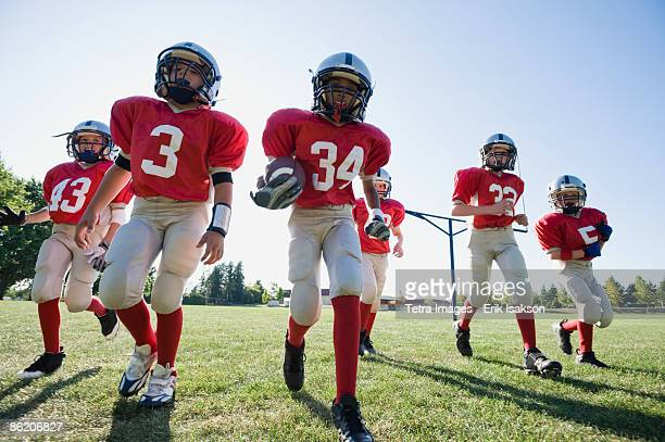football players on field - team sport stock pictures, royalty-free photos & images