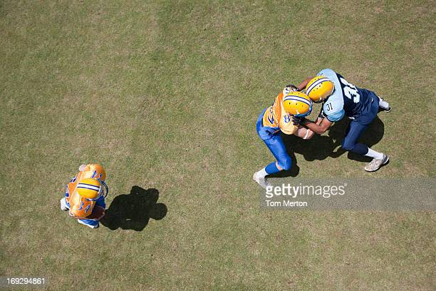 football players playing football - line of scrimmage stock pictures, royalty-free photos & images