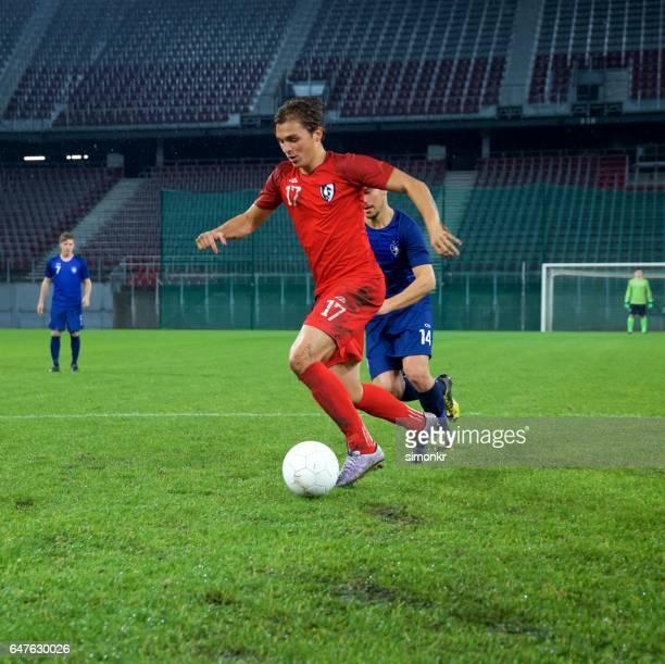 サッカーサッカープレーヤーが - 無観客イベント ストックフォトと画像