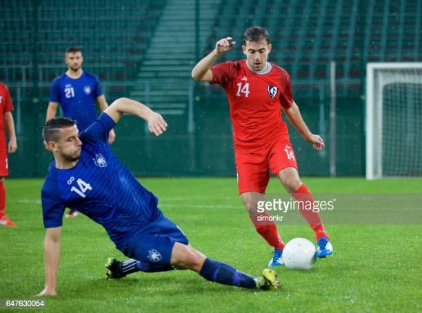 サッカーサッカープレーヤーが - tackling ストックフォトと画像