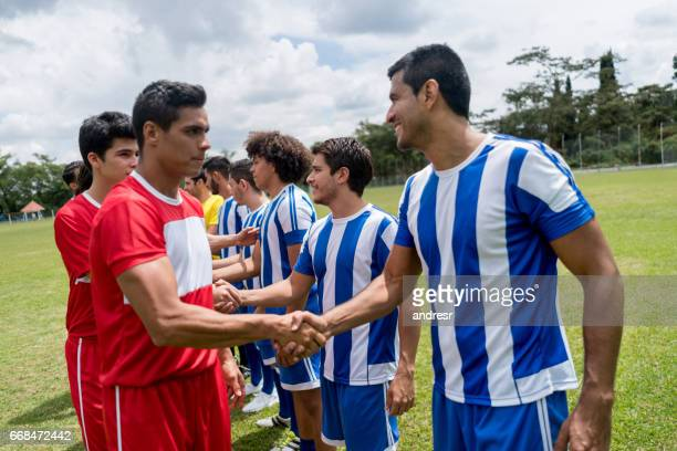 football players shaking hands before the match - fair play sport foto e immagini stock