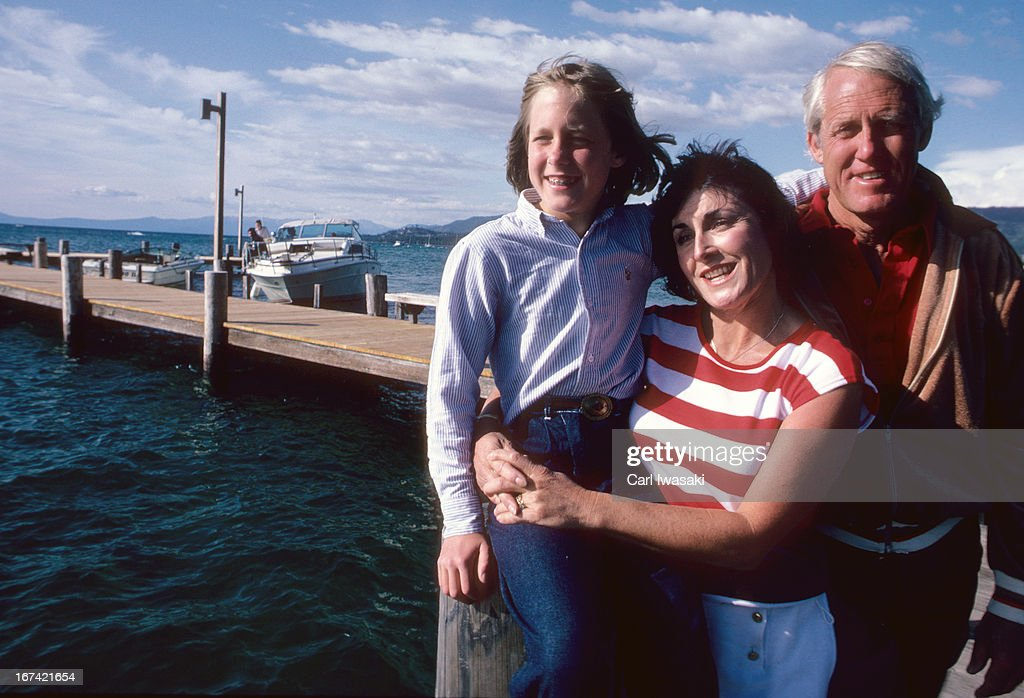 Portrait of San Francisco 49ers head coach Bill Walsh with his wife Geri and daughter Elizabeth during photo shoot on dock. Carl Iwasaki X27115 )