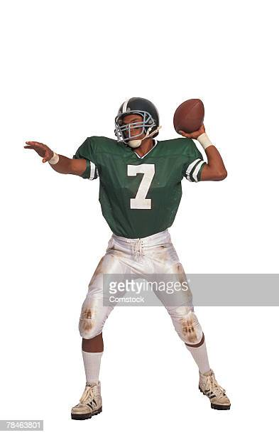 football quarterback throwing ball - quarterback stock pictures, royalty-free photos & images