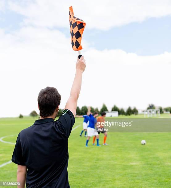 Fußball Schiedsrichter zeigt einen Graben