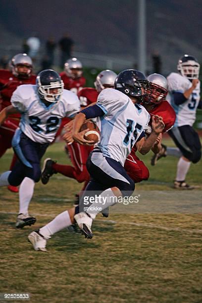 di football americano-running back-end esegue palla - quarterback foto e immagini stock