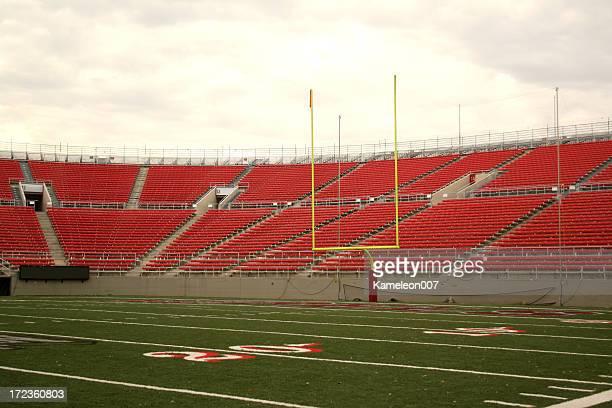 フットボールスタジアムシリーズ - アメリカンフットボールのフィールドゴール ストックフォトと画像