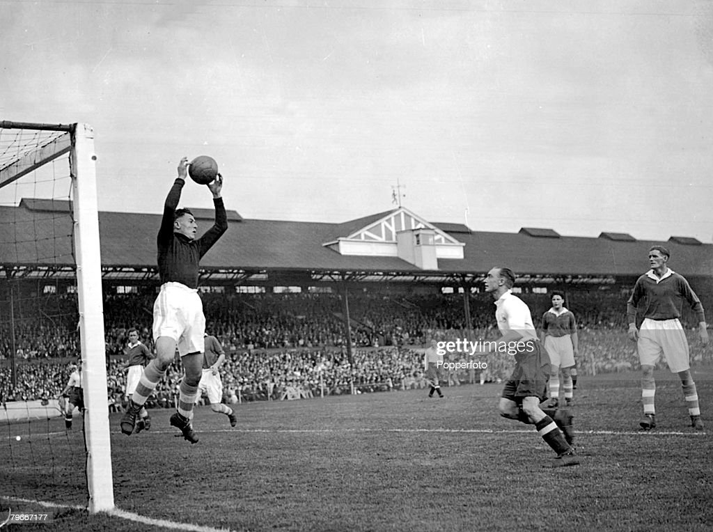 Football, Stamford Bridge, Chelsea, 15th September 1934, Chelsea v Spurs, The picture shows Chelsea keeper Woodley leaping to catch a cross watched by Hunt of Spurs : News Photo