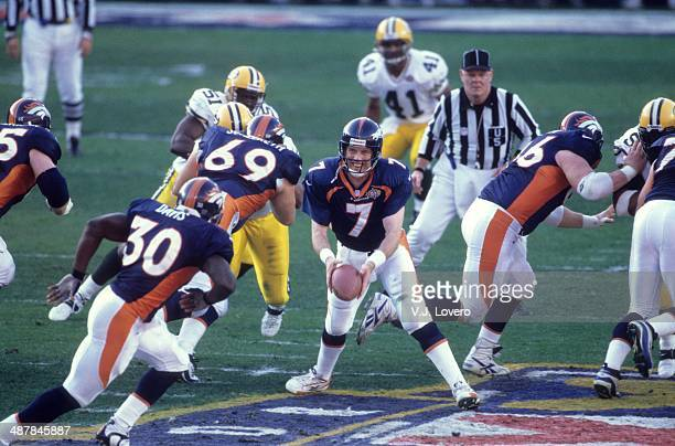 Super Bowl XXXII Denver Broncos QB John Elway in action pitching out to Terrell Davis vs Green Bay Packers at Qualcomm Stadium Excellent view of Mark...