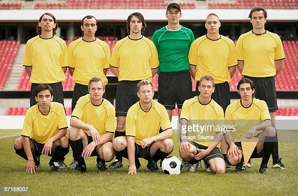 football team in yellow - football team stock pictures, royalty-free photos & images