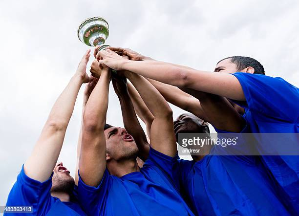 football team lifting a trophy - the championship voetbalcompetitie stockfoto's en -beelden