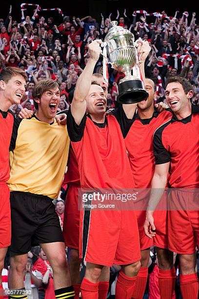 football team winning a trophy - the championship voetbalcompetitie stockfoto's en -beelden