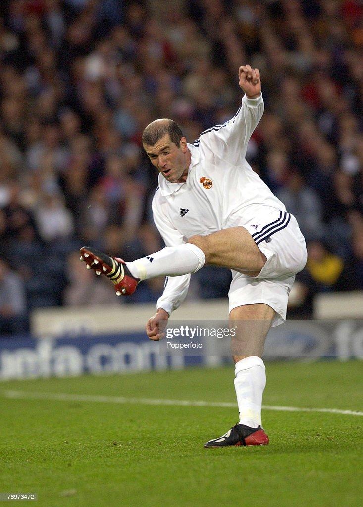 PF Football. UEFA Champions League Final. Hampden Park, Glasgow. 15th May 2002. Real Madrid 2 v Bayer Leverkusen 1. Real Madrid's Zinedine Zidane scores the winning goal. : Fotografia de notícias