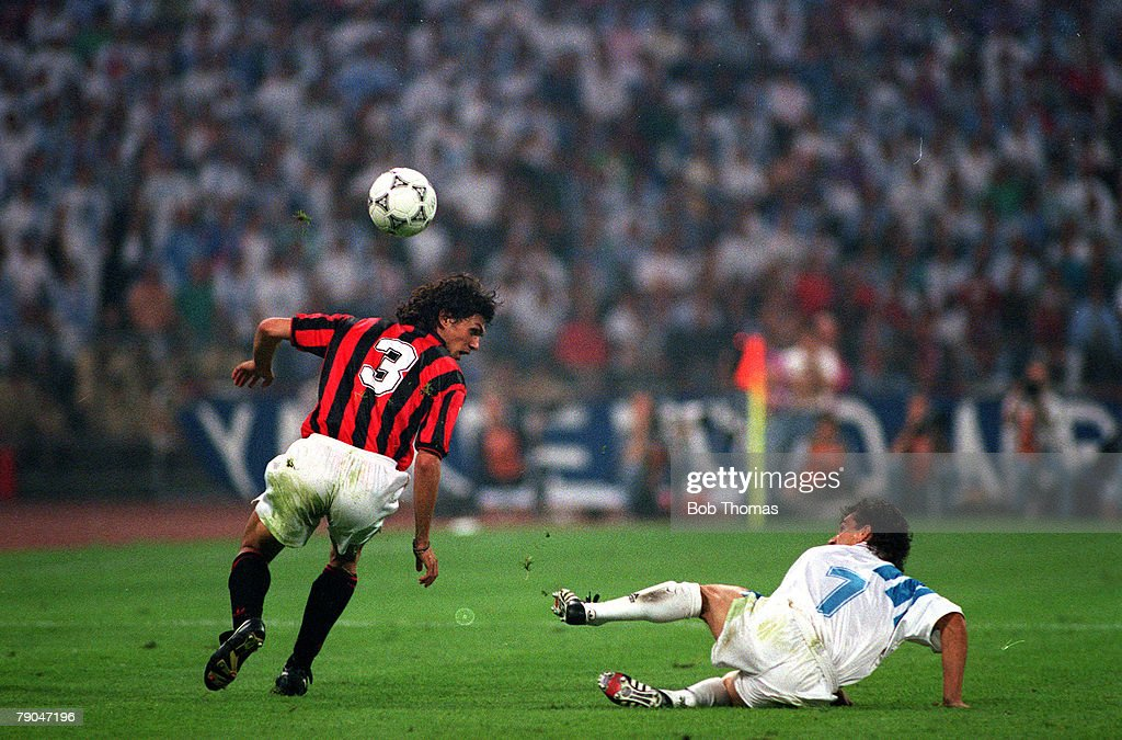 Football. UEFA Champions League Final. Munich, Germany. 26th May 1993. Marseille 1 v AC Milan 0. AC Milan's Paolo Maldini with Marseille's Jean-Jacques Eydelie. : Nachrichtenfoto