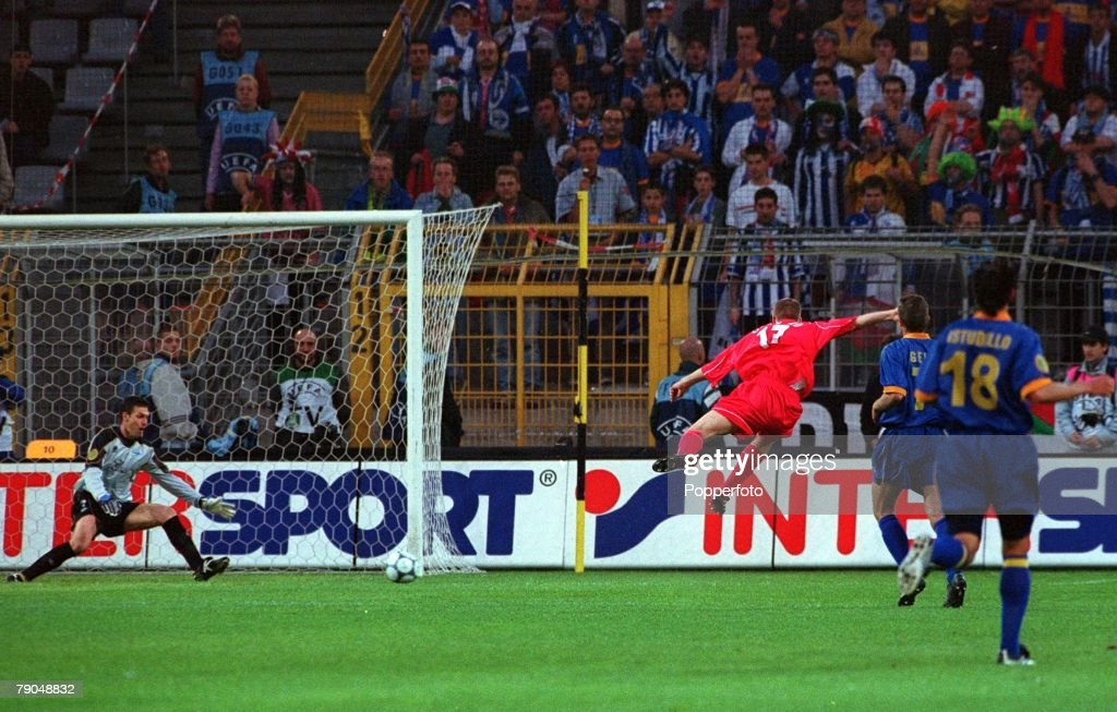 Football. UEFA CUP Final. 16th May 2001. Dortmund, Germany. Liverpool 5 v Deportivo Alaves 4 (on golden goal). Liverpool's Steven Gerrard fires his shot past Alaves goalkeeper Horacio Martin Herrera to score his side's second goal. : News Photo