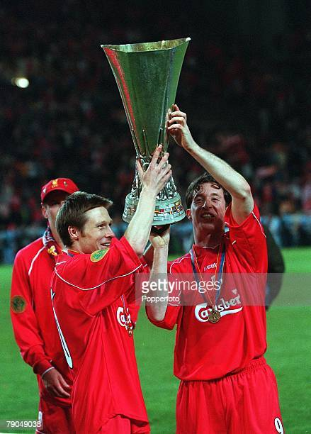 Football UEFA Cup Final 16th May 2001 Dortmund Germany Liverpool 5 v Deportivo Alaves 4 Liverpool's Nick Barmby and Robbie Fowler lift the UEFA Cup...