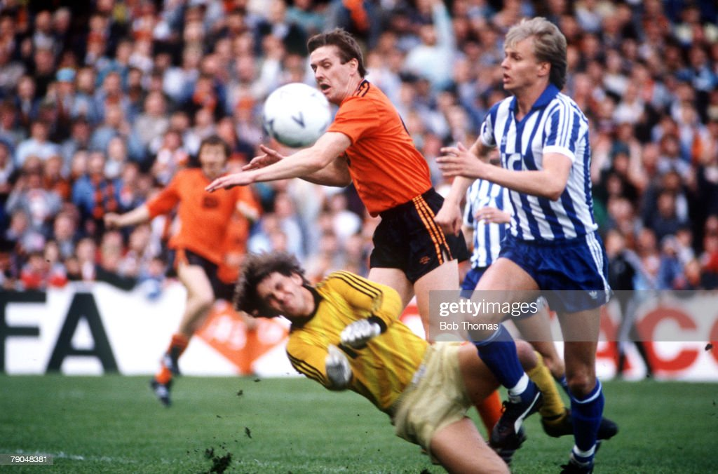 Football. UEFA Cup Final, Second Leg. Tannadice Park, Scotland. 20th May 1987. Dundee United 1 v IFK Gothenburg 1 (Gothenburg win 2-1 on aggregate). Dundee United's Billy Kirkwood is denied by a combination of Gothenburg goalkeeper Thomas Wernersson and d : News Photo