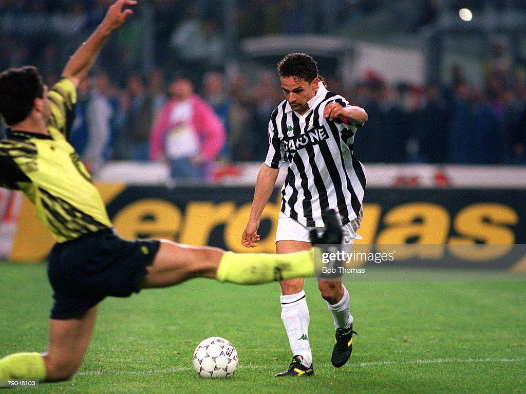Football. UEFA Cup Final, Second Leg. Turin, Italy. 19th May 1993. Juventus 3 v Borussia Dortmund 0 (Juventus win 6-1 on aggregate). Roberto Baggio of Juventus prepares to shoot. : News Photo