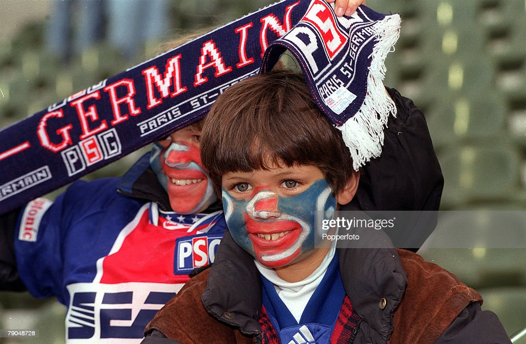 Football. UEFA Cup Winners Cup Final. Brussels, Belgium. 8th May 1996. Paris St Germain 1 v Rapid Vienna 0. Two young Paris St Germain supporters are pictured wearing face paint holding a scarf. : Photo d'actualité