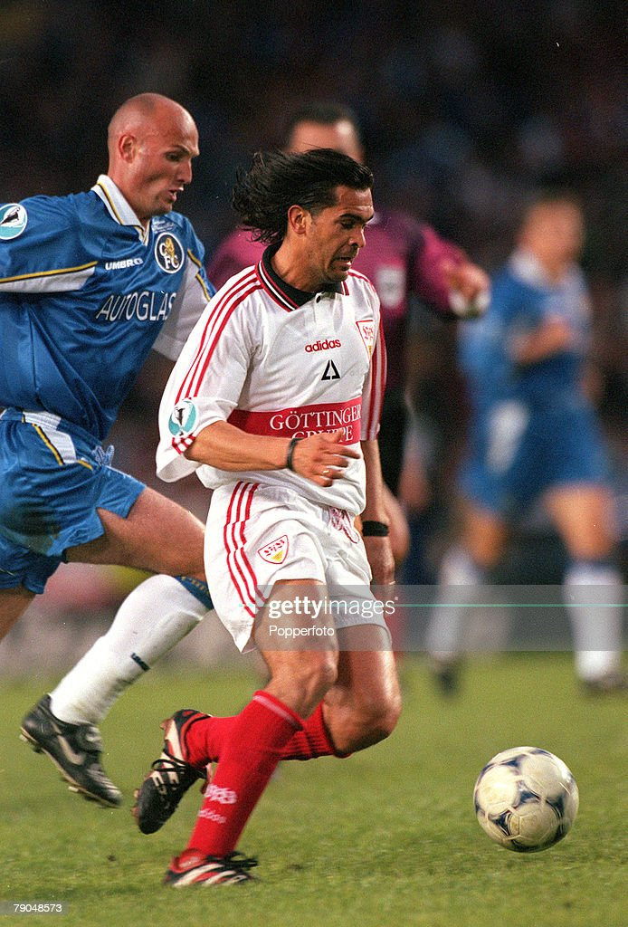 Football. UEFA Cup Winners Cup Final. Stockholm, Sweden. 13th May 1998. Chelsea 1 v Stuttgart 0. Stuttgart's Gerhard Poschner races away chased by Chelsea's Frank LeBoeuf. : Nyhetsfoto