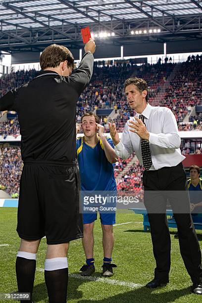 Fußballer und Fußball manager streiten mit Schiedsrichter
