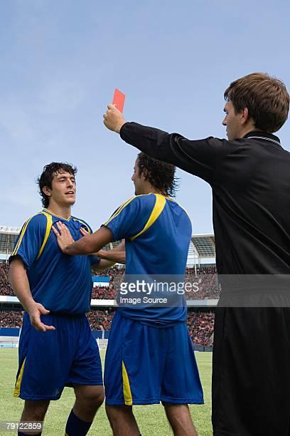 Footballeur de se disputer avec un arbitre