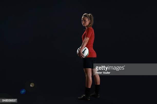 footballer carrying ball - girl power provérbio em inglês - fotografias e filmes do acervo