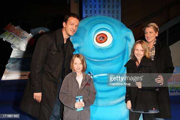 Footballer Fredi Bobic and wife Britta With The Daughters Serina And Tyler at the Premiere of Monsters Vs Aliens in Colosseum Kino in Berlin on 090309