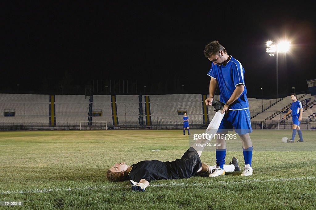 フットボール選手選手サポート : ストックフォト