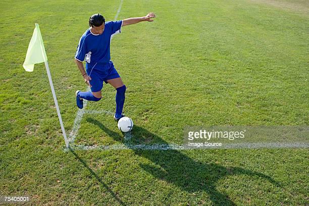 footballer tomar un saque de esquina - tomar una curva deporte fotografías e imágenes de stock