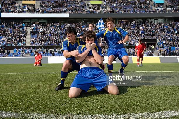 futbolistas celebrar - traje de fútbol fotografías e imágenes de stock
