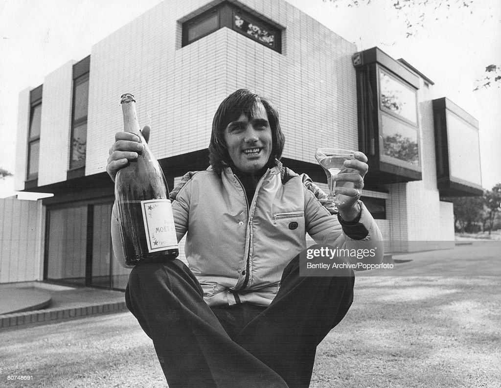 FootballGeorge Best holds a bottle of champagne as he prepares for a party to celebrate the sale of his house in Cheshire, September 1972. : Nachrichtenfoto